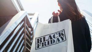 Mulher segurando sacola da black friday